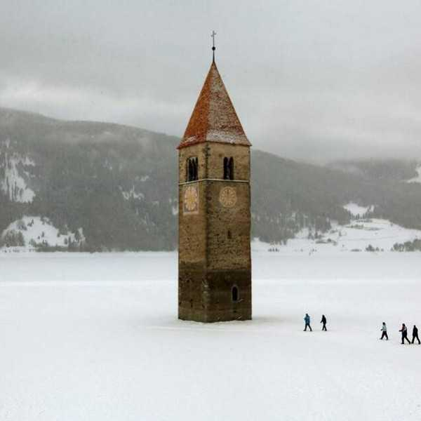 Abandoned-Places-In-The-World-Church-steeple-frozen-lake-Reschen-Italy
