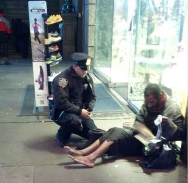 heart-touching-photos-nypd-police-officer-gives-shoes-to-homeless