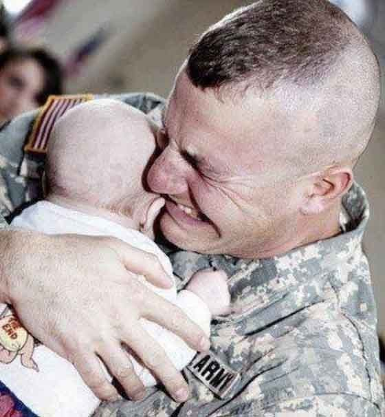 heart-touching-photos-soldier-meeting-his-bay-first-time