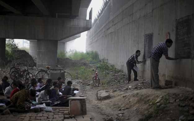 heart-touching-photos-two-volunteer-teachers-giving-free-education-to-homeless