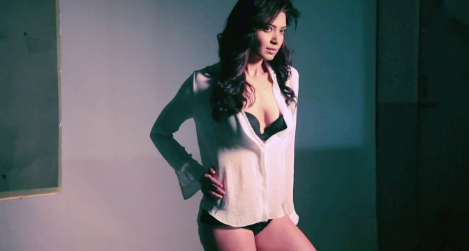 Karishma-Tanna-Hot-Bikini-Original-Size